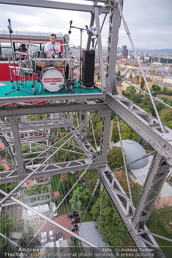 Borotalco Weltrekord - Riesenrad, Wien - Do 26.08.2021 - Drummer Erich BLIE auf der Plattform am Riesenrad, Blick über W44