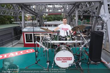 Borotalco Weltrekord - Riesenrad, Wien - Do 26.08.2021 - Drummer Erich BLIE auf der Plattform am Riesenrad, Blick über W63