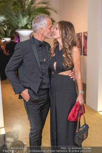 Duftstars Awards Gala - MQ Halle E, Wien - Do 02.09.2021 - Bettina ASSINGER mit Ehemann Achim WENINGER (Kussfoto)59