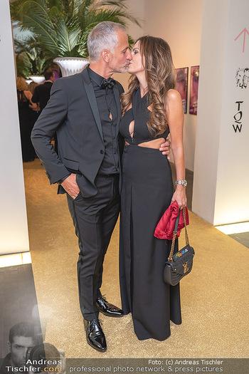Duftstars Awards Gala - MQ Halle E, Wien - Do 02.09.2021 - Bettina ASSINGER mit Ehemann Achim WENINGER (Kussfoto)60