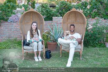 Rencontre a la campagne - Gery Keszlers Bauernhof, Burgenland - Sa 04.09.2021 - Cesar SAMPSON mit Freundin Frederica KURTULIKOVA mit Hunden11