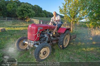 Rencontre a la campagne - Gery Keszlers Bauernhof, Burgenland - Sa 04.09.2021 - Gery KESZLER auf einem alten Traktor14