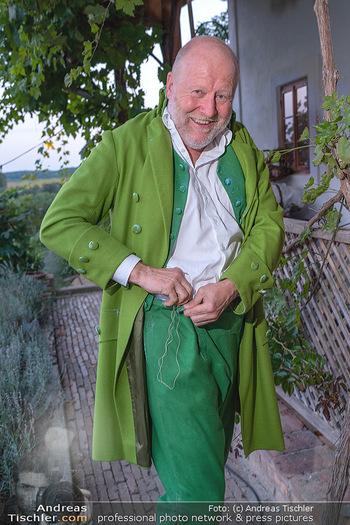 Rencontre a la campagne - Gery Keszlers Bauernhof, Burgenland - Sa 04.09.2021 - Roberto LHOTKA näht sich seine Hose20