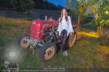 Rencontre a la campagne - Gery Keszlers Bauernhof, Burgenland - Sa 04.09.2021 - Nina HARTMANN mit altem Traktor44