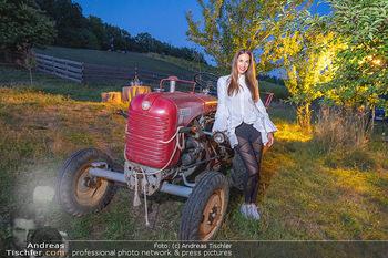 Rencontre a la campagne - Gery Keszlers Bauernhof, Burgenland - Sa 04.09.2021 - Nina HARTMANN mit altem Traktor45
