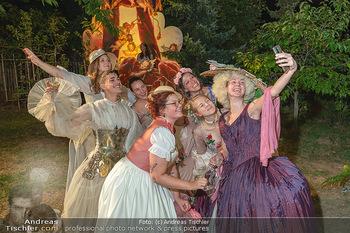 Rencontre a la campagne - Gery Keszlers Bauernhof, Burgenland - Sa 04.09.2021 - festlich gekleidete Gäste, Damen in Kostüm, machen Selfie mit 90