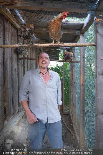 Besuch bei Gery Keszler - Bauernhof, Südburgenland - Sa 04.09.2021 - Gery KESZLER mit seinen Hühnern10
