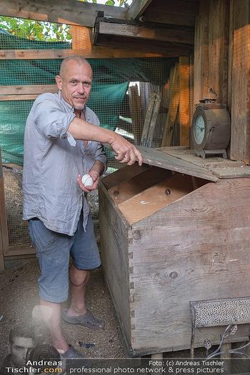 Besuch bei Gery Keszler - Bauernhof, Südburgenland - Sa 04.09.2021 - Gery KESZLER erntet frische Eier (Bioeier) von seinen Hühnern15