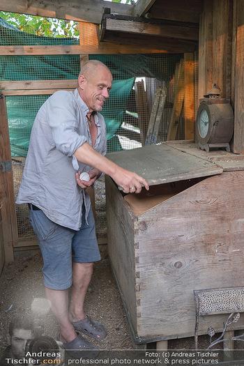 Besuch bei Gery Keszler - Bauernhof, Südburgenland - Sa 04.09.2021 - Gery KESZLER erntet frische Eier (Bioeier) von seinen Hühnern16