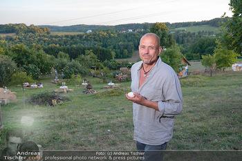 Besuch bei Gery Keszler - Bauernhof, Südburgenland - Sa 04.09.2021 - Gery KESZLER mit frischen Eiern, im Hintergrund sein Bauernhof17