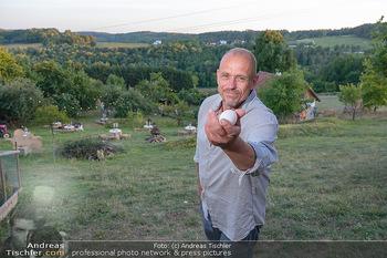 Besuch bei Gery Keszler - Bauernhof, Südburgenland - Sa 04.09.2021 - Gery KESZLER mit frischen Eiern, im Hintergrund sein Bauernhof18