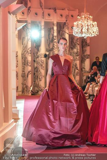 Runway Fashion Day - Schloss Schönbrunn, Wien - Di 07.09.2021 - Model mit Mode von Alexis F. Gonzalez106