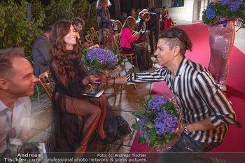 Runway Fashion Day - Schloss Schönbrunn, Wien - Di 07.09.2021 - Lili PAUL-RONCALLI bekommt Blumen von Alexis F. GONZALEZ114