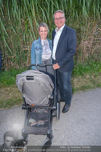 Mikl-Leitner Heurigenempfang - Der Fuchs Heuriger, Maria Enzersdorf - Do 09.09.2021 - Philipp ITA mit Freundin, Begleitung und Kinderwagen51