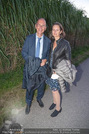 Mikl-Leitner Heurigenempfang - Der Fuchs Heuriger, Maria Enzersdorf - Do 09.09.2021 - Peter FILZMAIER mit Begleitung (Ehefrau?)69