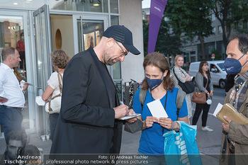 Kinopremiere ´Die Schachnovelle´ - Urania Kino - Mo 13.09.2021 - Philipp STÖLZL schreibt Autogramme2