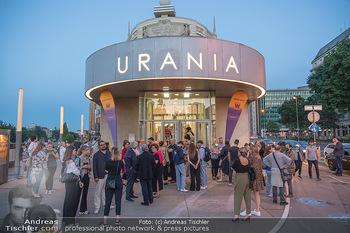 Kinopremiere ´Die Schachnovelle´ - Urania Kino - Mo 13.09.2021 - Publikum vor der Premiere vor dem Urania Kino14