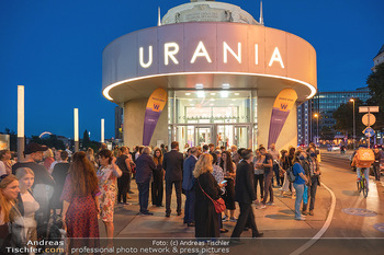 Kinopremiere ´Die Schachnovelle´ - Urania Kino - Mo 13.09.2021 - Publikum vor der Premiere vor dem Urania Kino19