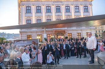 Fundraising Dinner - Albertina, Wien - Di 14.09.2021 - Gäste beim Cocktailempfang, Sommerfest, Terrasse, Publikum68