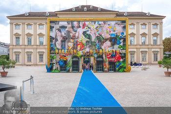 90 Jahre GW Cosmetics - Gartenpalais Liechtenstein, Wien - Do 16.09.2021 - Gartenpalais Liechtenstein mit Kunstwerk im Hof, Park, blue carp2