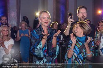 90 Jahre GW Cosmetics - Gartenpalais Liechtenstein, Wien - Do 16.09.2021 - Elina GARANCA (hat heute Geburtstag) überrascht über Bild (Geb170