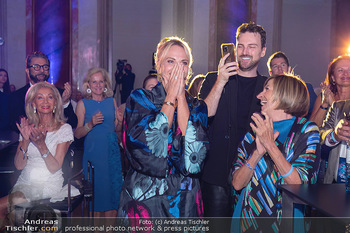 90 Jahre GW Cosmetics - Gartenpalais Liechtenstein, Wien - Do 16.09.2021 - Elina GARANCA (hat heute Geburtstag) überrascht über Bild (Geb171