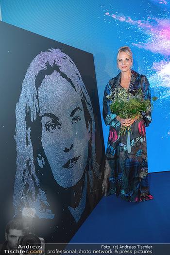 90 Jahre GW Cosmetics - Gartenpalais Liechtenstein, Wien - Do 16.09.2021 - Elina GARANCA bei ihrem Bild (Geburtstagsgeschenk)181