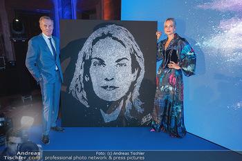 90 Jahre GW Cosmetics - Gartenpalais Liechtenstein, Wien - Do 16.09.2021 - Rainer DEISENHAMMER, Elina GARANCA bei ihrem Bild (Geburtstagsge183