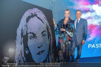 90 Jahre GW Cosmetics - Gartenpalais Liechtenstein, Wien - Do 16.09.2021 - Rainer DEISENHAMMER, Elina GARANCA bei ihrem Bild (Geburtstagsge184