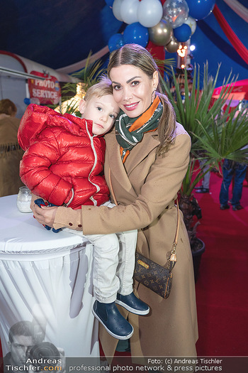 Premiere Zirkus Louis Knie - Zirkuszelt bei der Donaumarina, Wien - Mi 22.09.2021 - Carmen KNORR (STAMBOLI) mit Sohn Enzo2