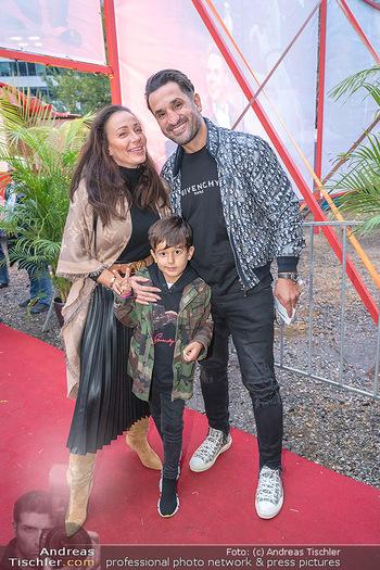 Premiere Zirkus Louis Knie - Zirkuszelt bei der Donaumarina, Wien - Mi 22.09.2021 - Familie Ines und Fadi MERZA mit Sohn Michel28