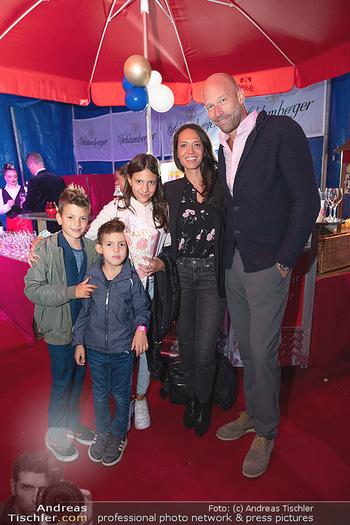 Premiere Zirkus Louis Knie - Zirkuszelt bei der Donaumarina, Wien - Mi 22.09.2021 - Nik BERGER mit Freundin Amira AWAD-GRABNER, Kinder Simon, Sammy 32