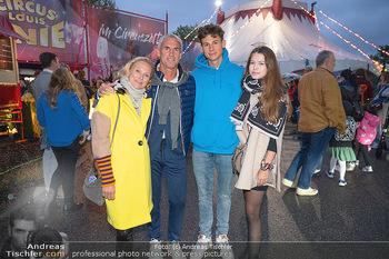 Premiere Zirkus Louis Knie - Zirkuszelt bei der Donaumarina, Wien - Mi 22.09.2021 - Familie Tini und Michael KONSEL mit Sohn Moritz und dessen Freun44