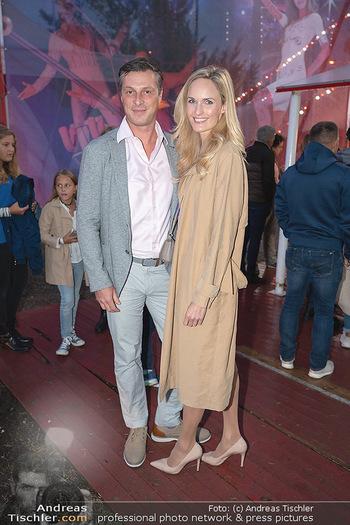 Premiere Zirkus Louis Knie - Zirkuszelt bei der Donaumarina, Wien - Mi 22.09.2021 - Patricia KAISER mit Freund Markus SELIKOVSKY46