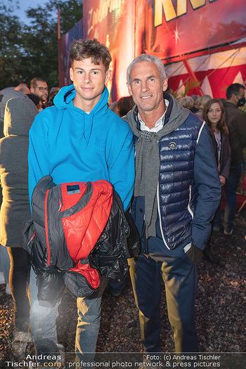 Premiere Zirkus Louis Knie - Zirkuszelt bei der Donaumarina, Wien - Mi 22.09.2021 - Michael KONSEL mit Sohn Moritz48