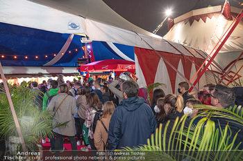 Premiere Zirkus Louis Knie - Zirkuszelt bei der Donaumarina, Wien - Mi 22.09.2021 - großer Andrang, Menschenmassen vor dem Eingang, Zirkuszelt51
