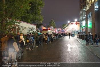 Premiere Zirkus Louis Knie - Zirkuszelt bei der Donaumarina, Wien - Mi 22.09.2021 - großer Andrang, Menschenmassen vor dem Eingang, Zirkuszelt52