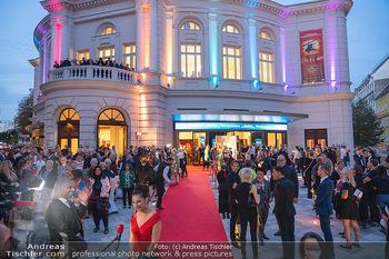 We are Musical - Eröffnungsgala - Raimund Theater, Wien - So 26.09.2021 - red carpet Empfang, Menschen Gäste vor dem Theater, Vorplatz, A45