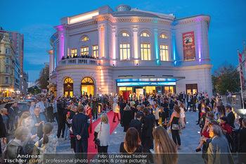 We are Musical - Eröffnungsgala - Raimund Theater, Wien - So 26.09.2021 - red carpet Empfang, Menschen Gäste vor dem Theater, Vorplatz, A46