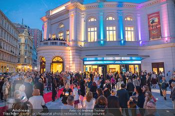 We are Musical - Eröffnungsgala - Raimund Theater, Wien - So 26.09.2021 - red carpet Empfang, Menschen Gäste vor dem Theater, Vorplatz, A47
