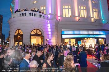 We are Musical - Eröffnungsgala - Raimund Theater, Wien - So 26.09.2021 - red carpet Empfang, Menschen Gäste vor dem Theater, Vorplatz, A63
