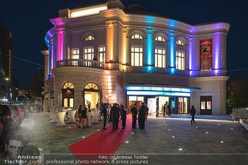We are Musical - Eröffnungsgala - Raimund Theater, Wien - So 26.09.2021 - red carpet Empfang, Menschen Gäste vor dem Theater, Vorplatz, A85