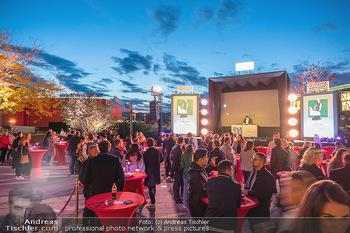 Lady Gaga Streaming Konzert - Westfield SCS, NÖ - Do 30.09.2021 - abendliche Stimmung, Publikum, Zuschauer, public viewing75