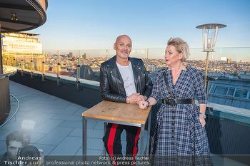 Eröffnung - Hotel Motto, Wien - Fr 01.10.2021 - Bernd SCHLACHER, Direktorin Fanny HOLZER-LUSCHNIG auf der Dachte15