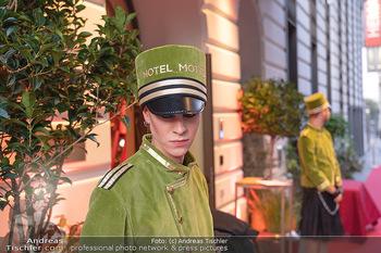 Eröffnung - Hotel Motto, Wien - Fr 01.10.2021 - Hotelpagen vor dem Eingang, red carpet26