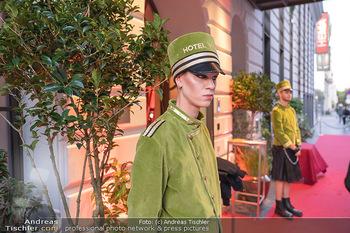 Eröffnung - Hotel Motto, Wien - Fr 01.10.2021 - Hotelpagen vor dem Eingang, red carpet27