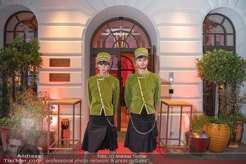 Eröffnung - Hotel Motto, Wien - Fr 01.10.2021 - Hotelpagen vor dem Eingang, red carpet28