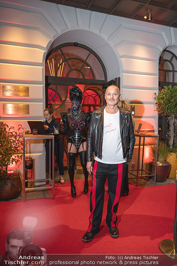 Eröffnung - Hotel Motto, Wien - Fr 01.10.2021 - Bernd SCHLACHER vor dem Eingang, red carpet31