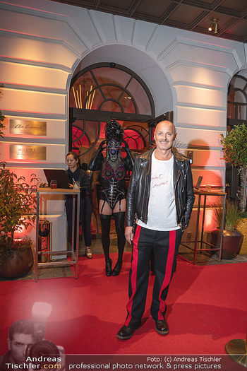 Eröffnung - Hotel Motto, Wien - Fr 01.10.2021 - Bernd SCHLACHER vor dem Eingang, red carpet32