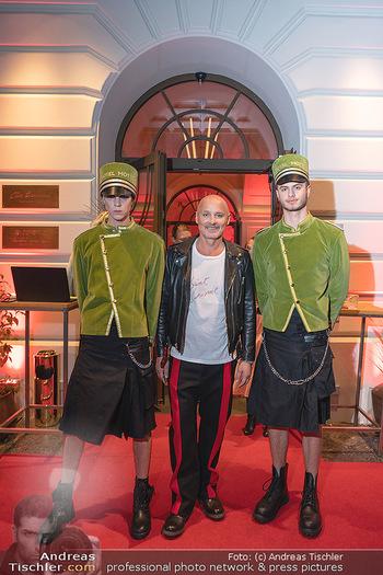 Eröffnung - Hotel Motto, Wien - Fr 01.10.2021 - Bernd SCHLACHER mit Hotelpagen vor dem Eingang, red carpet33